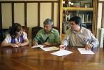 Signatura del conveni per part del President de l'AMPA del CEIP Carrilet, Jordi Tonietti, acompanyat del Primer Tinent d'Alcalde de l'Ajuntament, Sergi Sabrià, i de la Regidora d'Educació, Núria Rivas