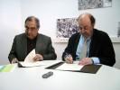 El conseller de Política Territorial i Obres Públiques, Joaquim Nadal, i l'alcalde de Palafrugell, Lluís Medir, en el moment de la signatura del conveni